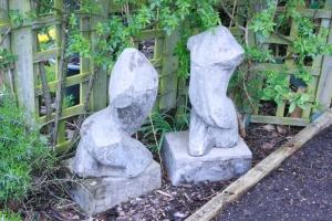 Two Figures, cement fondu